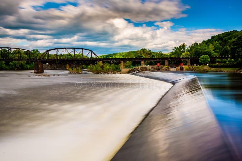 Longue exposition d'un barrage sur le fleuve Delaware dans Easton, Pennsyl photo libre de droits