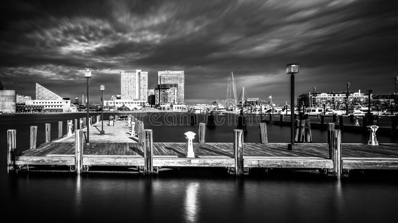 Longue exposition d'un pilier et du port intérieur à Baltimore, Maryl photo stock