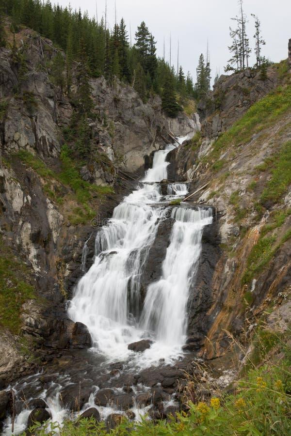 Longue exposition de cascade mystique de chutes dans yellowstone photos stock