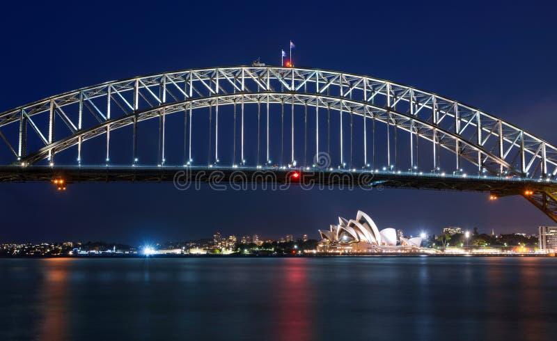 Longue exposition de Sydney Harbour Bridge la nuit contre un ciel bleu profond image libre de droits
