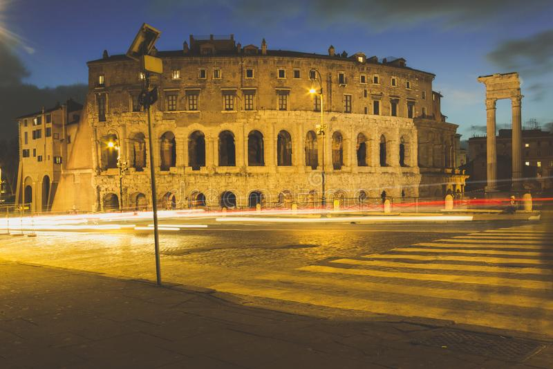 Longue exposition de théâtre de Marcellus à Rome la nuit photos stock