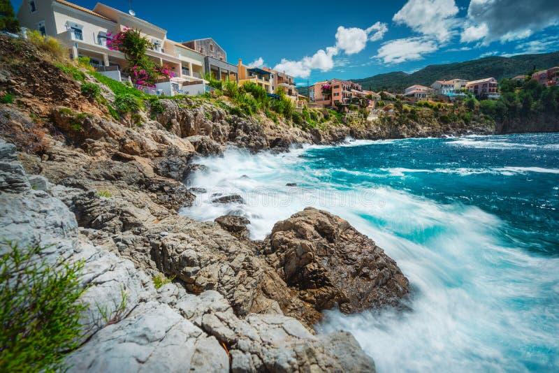 Longue exposition de village méditerranéen pittoresque d'Assos, île Grèce de Kefalonia Maisons colorées au rivage rocheux image libre de droits