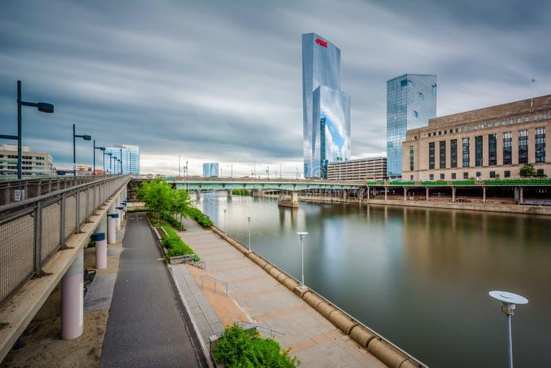 Longue exposition des bâtiments et du passage couvert modernes le long de la rivière de Schuylkill à Philadelphie, Pennsylvanie photo libre de droits