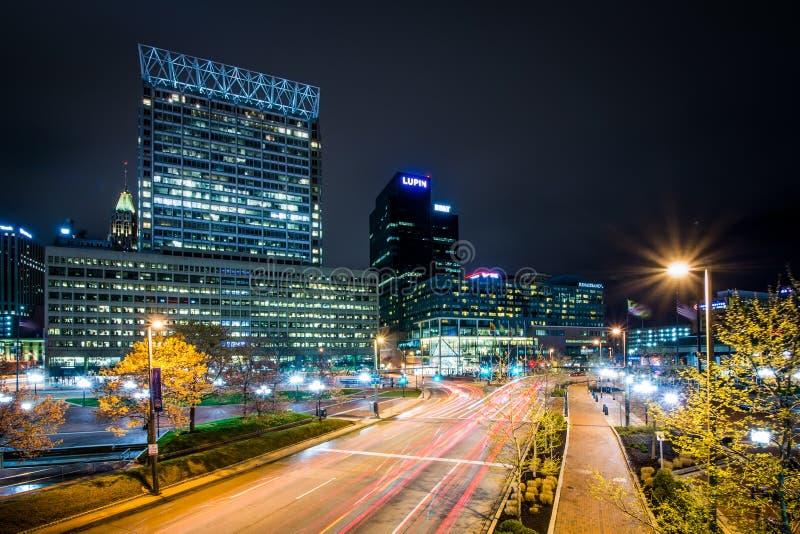 Longue exposition des bâtiments et du trafic sur la rue légère la nuit, photos libres de droits