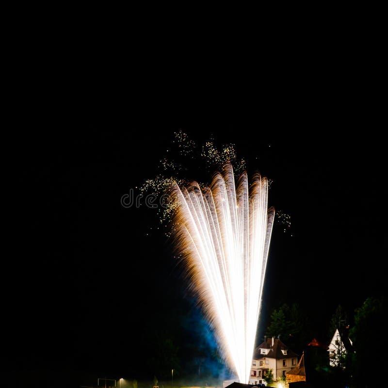 Longue exposition des feux d'artifice multicolores contre un ciel noir image stock