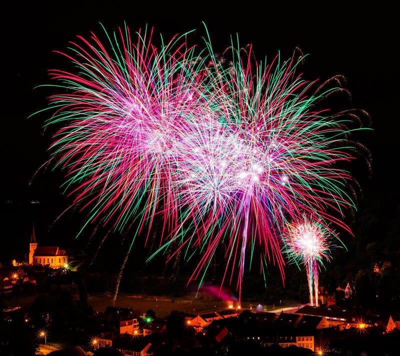 Longue exposition des feux d'artifice multicolores contre un ciel noir photo libre de droits
