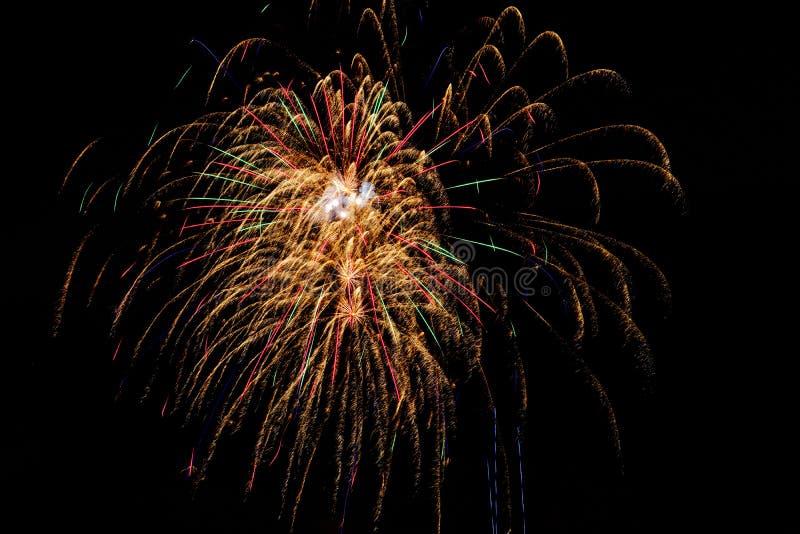 Longue exposition des feux d'artifice multicolores contre un ciel noir images libres de droits