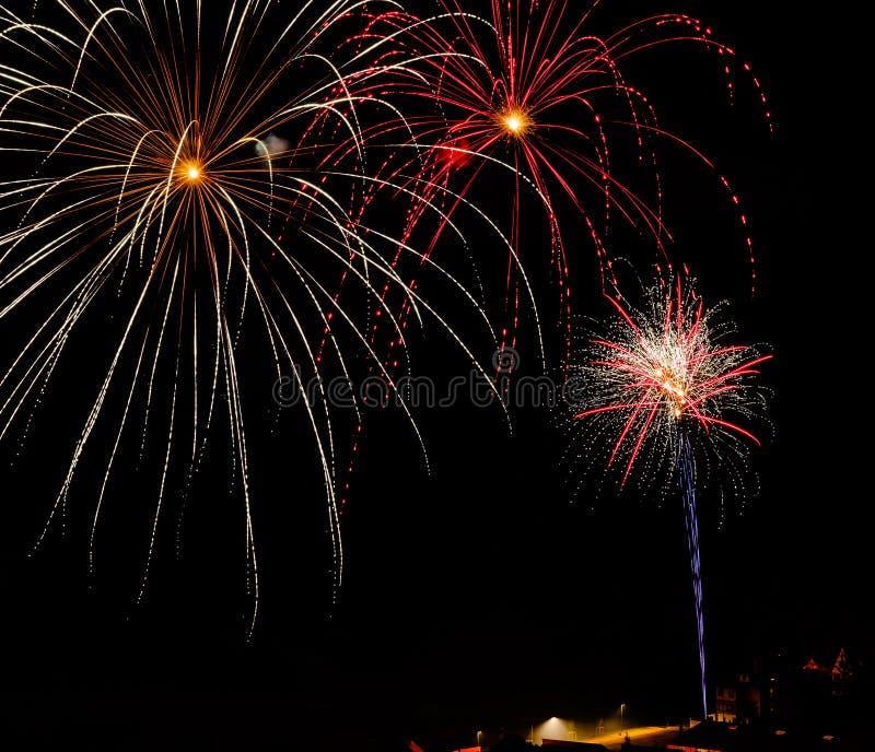 Longue exposition des feux d'artifice multicolores contre un ciel noir images stock