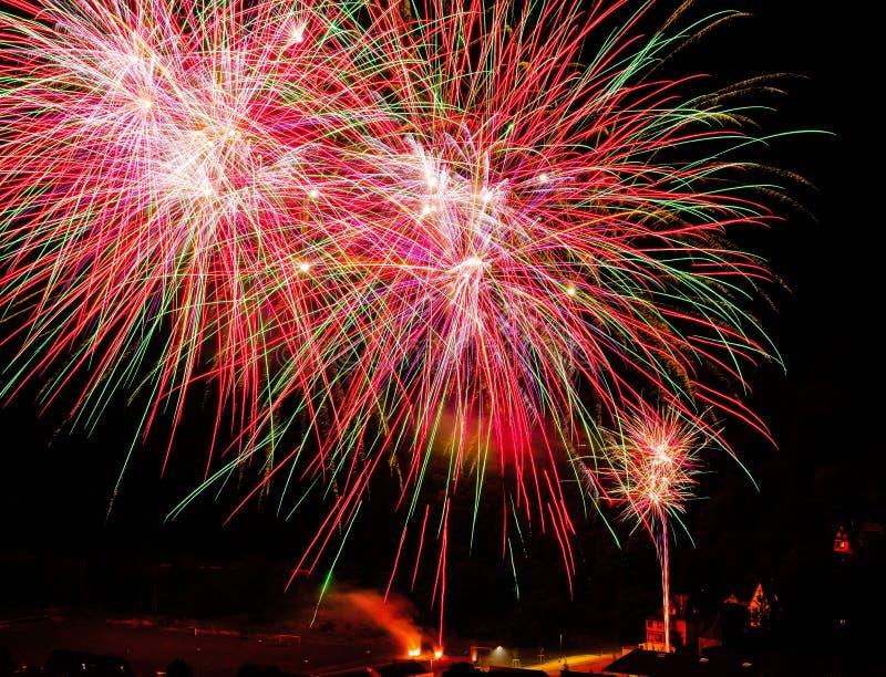 Longue exposition des feux d'artifice multicolores contre un ciel noir photographie stock libre de droits