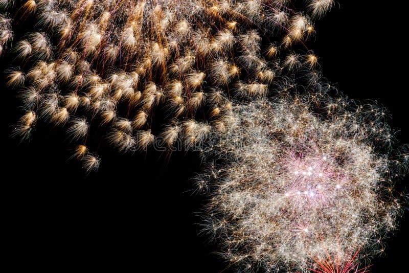 Longue exposition des feux d'artifice multicolores contre un ciel noir photo stock