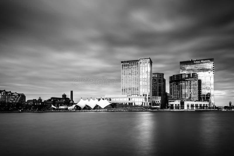 Longue exposition des gratte-ciel dans le port est, vue de l'intérieur images stock