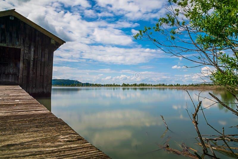 Longue exposition des hangars à bateaux sur le Kochelsee images stock