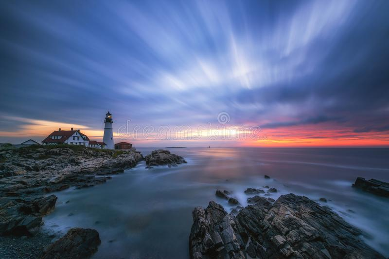 Longue exposition des nuages passant au-dessus du phare de tête de Portland dans Maine image libre de droits
