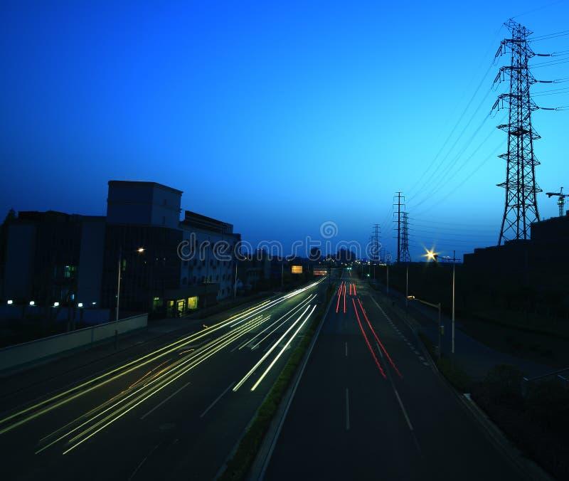 Longue exposition des véhicules passant à travers de la tour de boîte de vitesses. photos libres de droits