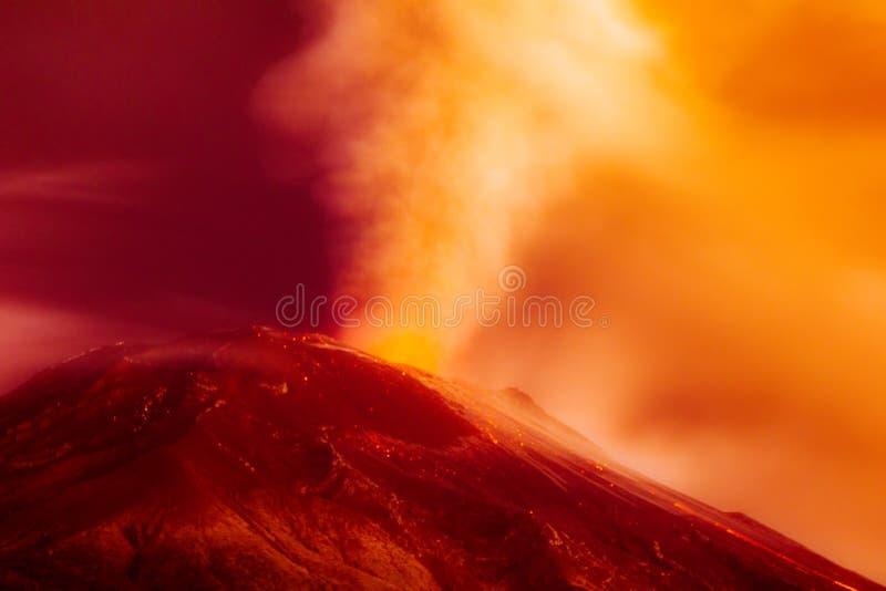 Longue exposition dramatique d'éruption volcanique image libre de droits