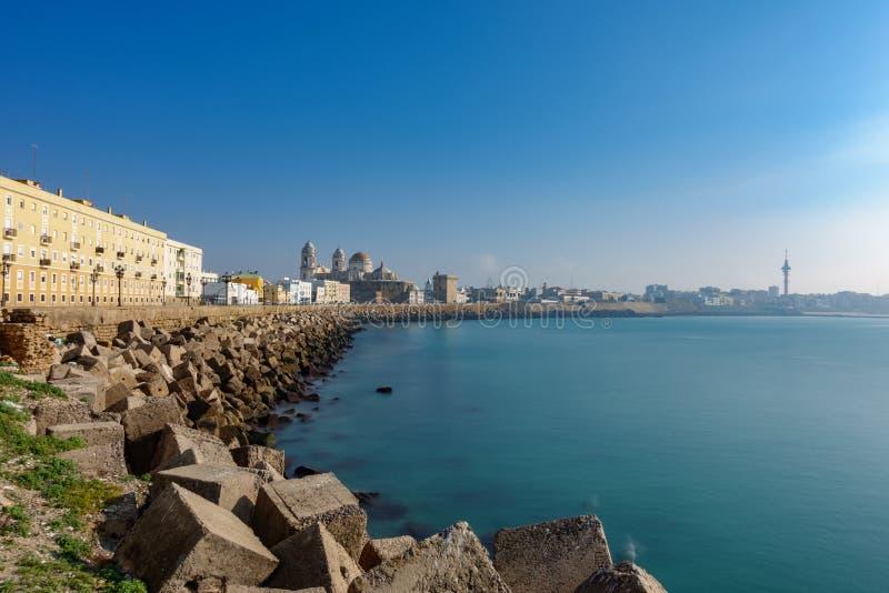 Longue exposition du centre ville de Cadix au lever de soleil photo stock