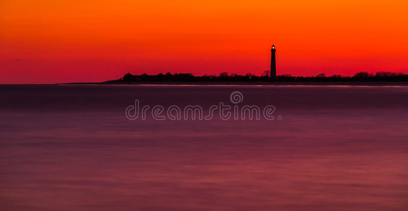 Longue exposition du phare de point de Cape May après coucher du soleil, nouvelle photo stock