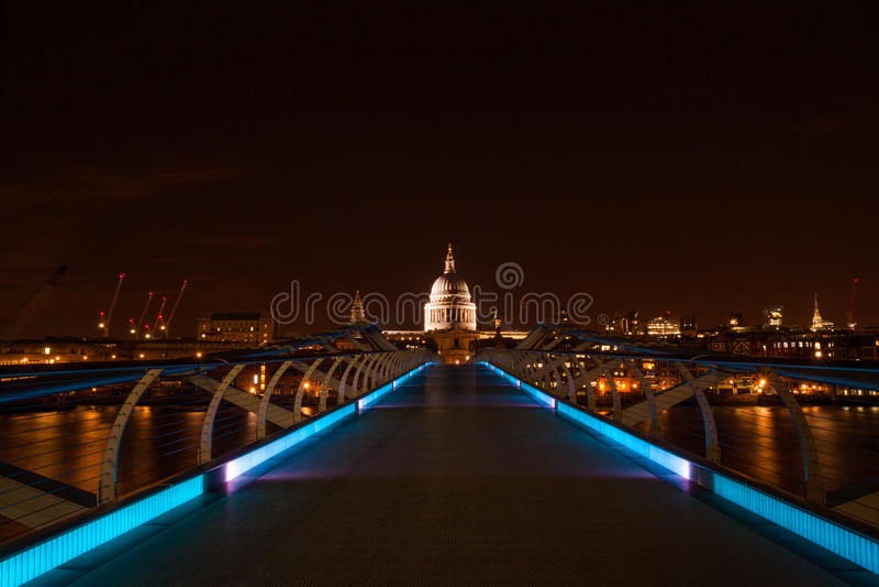 Longue exposition du pont de millénaire photographie stock libre de droits