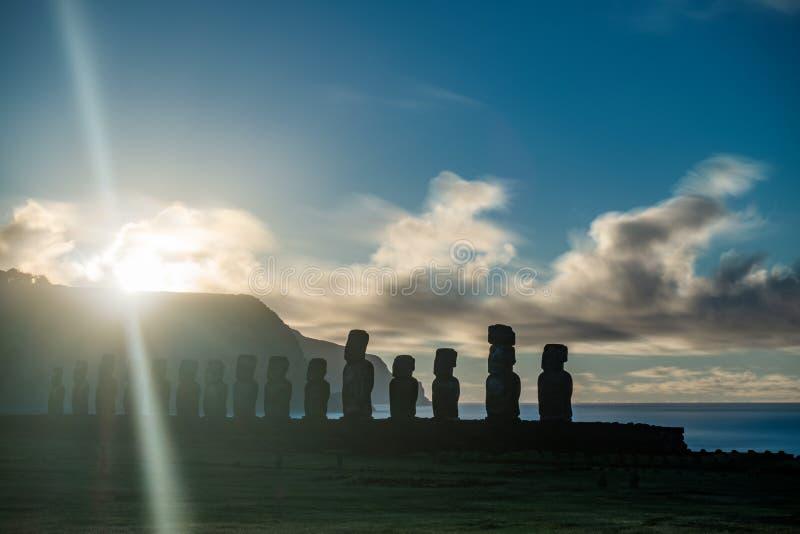 Longue exposition du soleil se levant derrière Moais photos stock