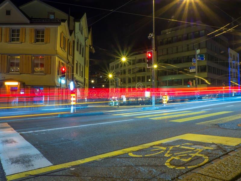 Longue exposition du trafic et d'une voie pour bicyclettes image libre de droits