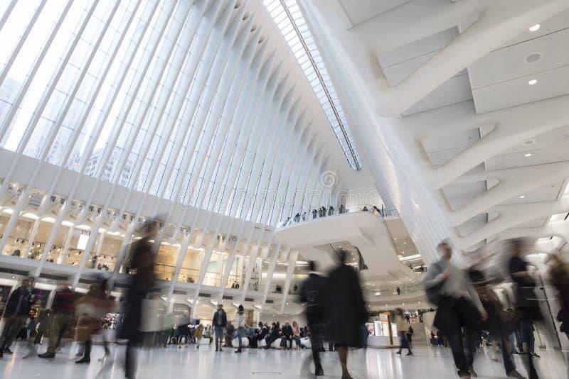 Longue exposition du World Trade Center Oculus, avec flou de mouvement des navetteurs image libre de droits