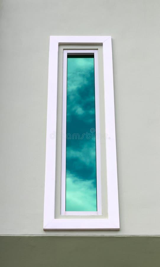 Longue fenêtre blanche avec la réflexion de nuage photo libre de droits
