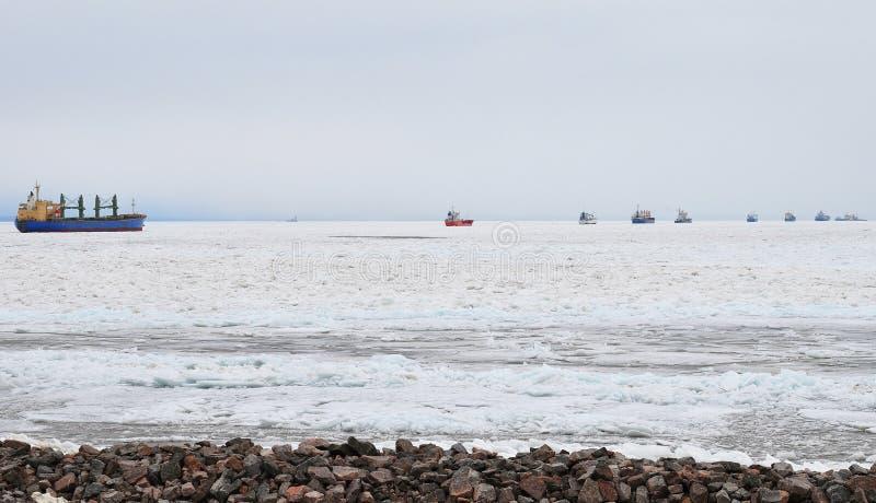 Longue file d'attente des bateaux sur la mer baltique en hiver photos libres de droits