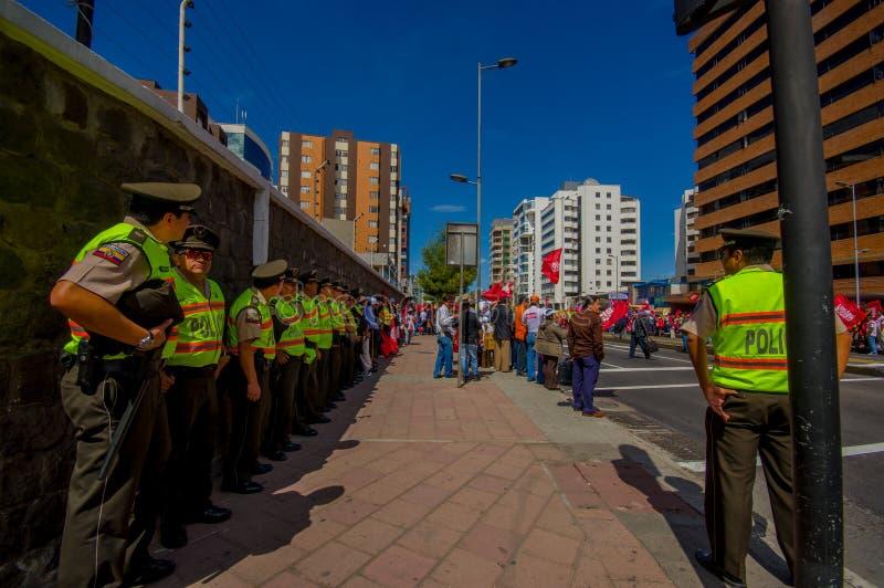 Longue file des policiers d'ecuadorian dirigeant photographie stock libre de droits