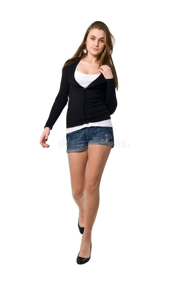 Longue fille de marche de mode de pattes de beauté. photos libres de droits