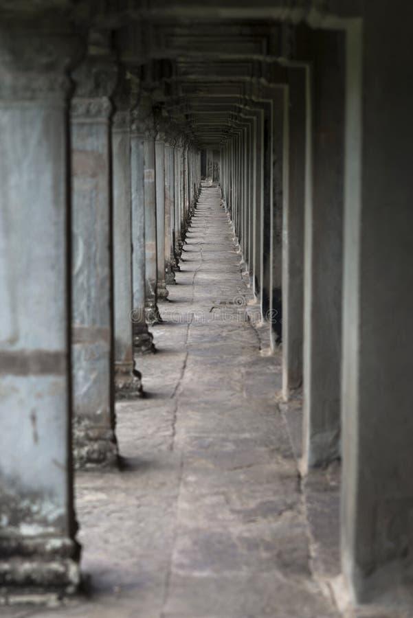 Longue galerie avec les colonnes en pierre dans le temple d'Angkor Vat, Siem Reap, Cambodge photos libres de droits