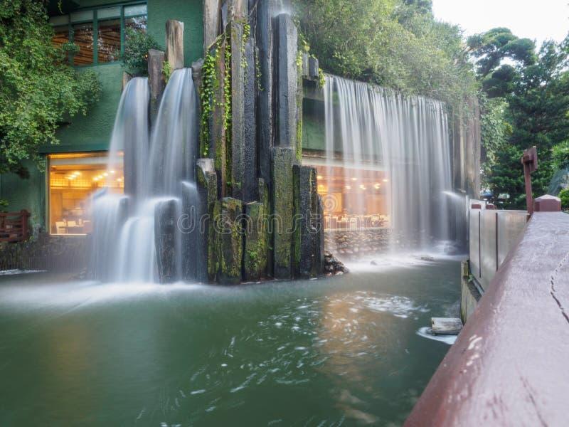 Longue image à volets de la cascade artificielle chez Nan Lian Garden en Hong Kong image libre de droits