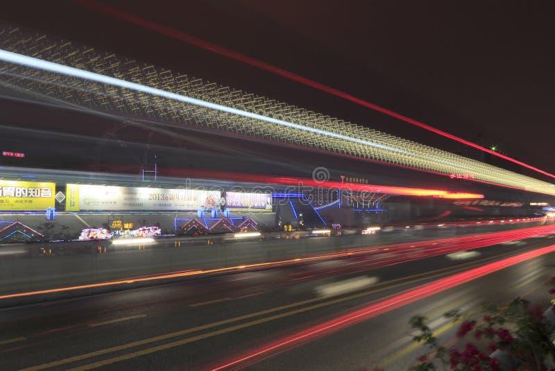 Longue image d'exposition des voitures se précipitant au-dessus d'une route images stock