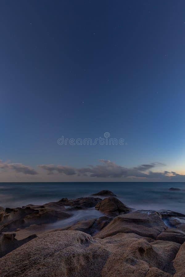 Longue image gentille de nuit d'exposition de Costa Brava côtier en Espagne photos stock
