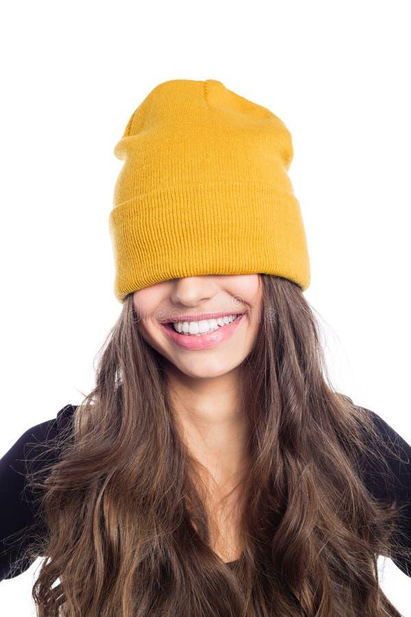 Longue jeune femme heureuse de cheveux dans le chapeau jaune de calotte images libres de droits