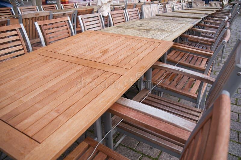 longue ligne des tables photos stock