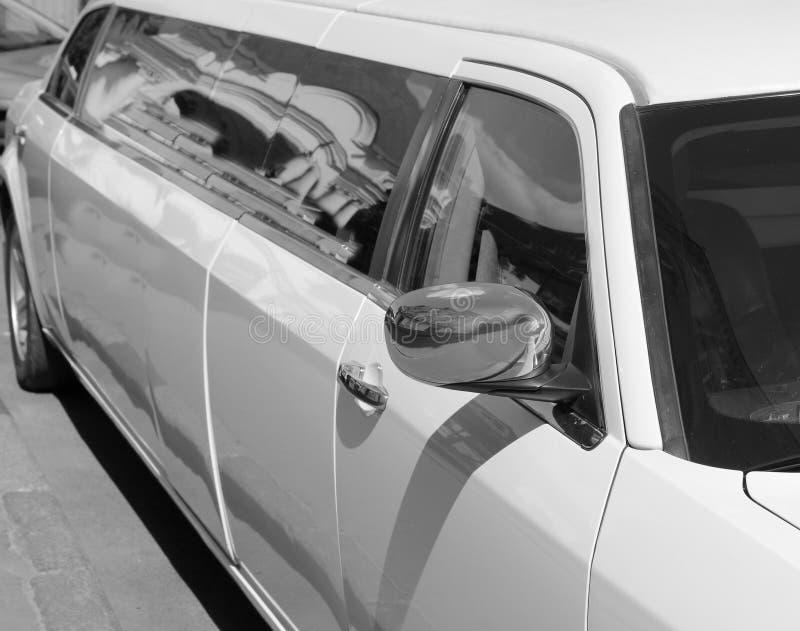 Longue limousine blanche photographie stock libre de droits