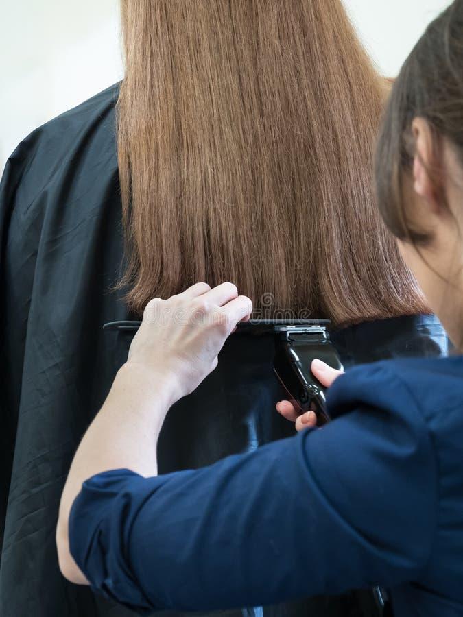 Longue machine de cheveux de coupe de cheveux Cheveux de longueur d'alignement photographie stock libre de droits