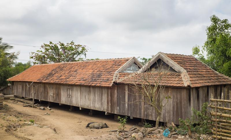 Longue maison typique d'Ede Nha Dai en montagne centrale du Vietnam Il reflète la culture d'Ede de la région de montagne centrale photo stock