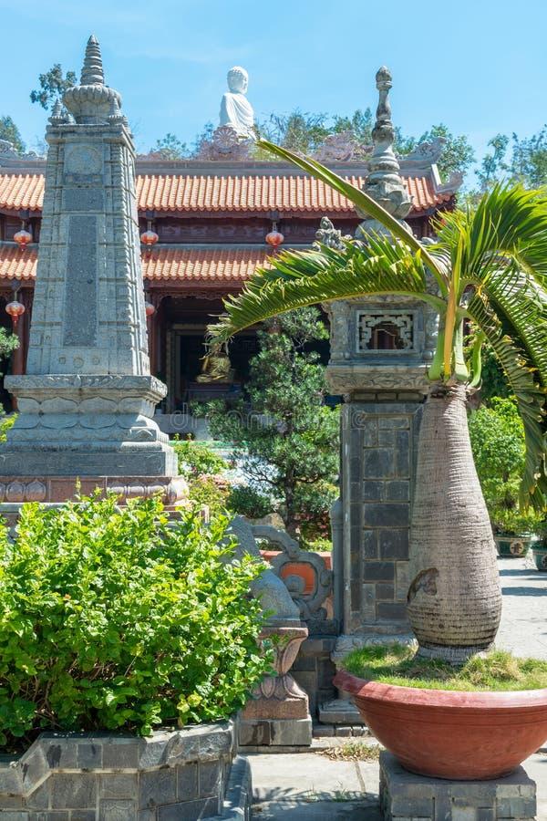 Longue pagoda de fils dans Nha Trang avec la statue de Bouddha et de paume courte photos stock