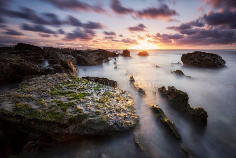Longue photo d'exposition au coucher du soleil à la plage de Barrika image libre de droits