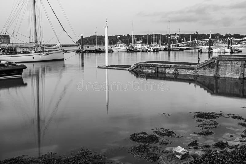 Longue photographie d'exposition des docks occidentaux de Cowes, devant l'escadron royal de yacht photos stock