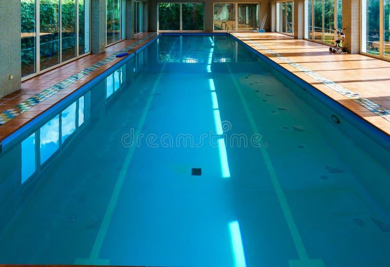Longue piscine couverte de swimmimg sur la station de vacances photo libre de droits