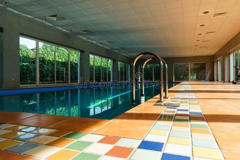 Longue piscine couverte de swimmimg sur la station de vacances photos stock