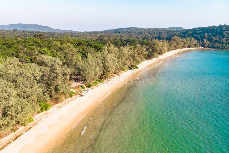 Longue plage abandonn?e avec de l'eau le sable blanc et clair Vue sup?rieure a?rienne C?te d'?le Koh Rong Samloem, Cambodge photos stock