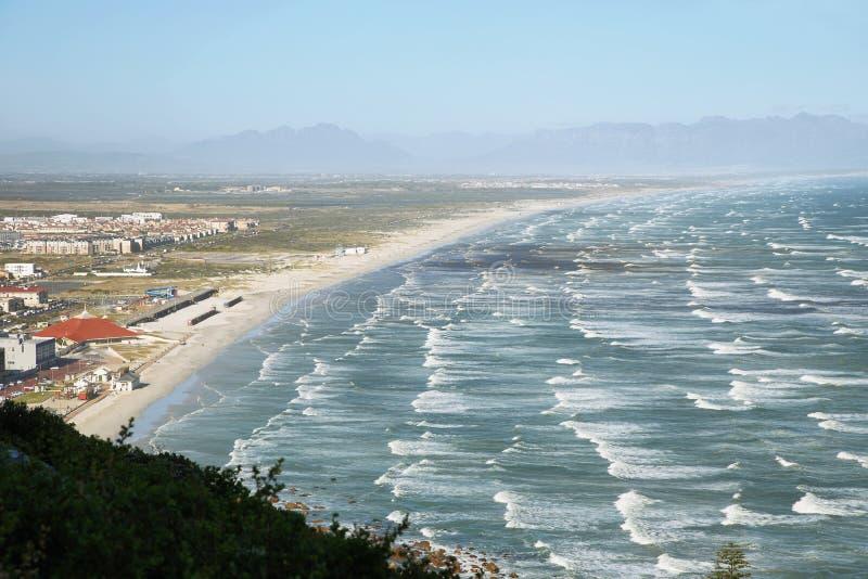 Longue plage blanche de sable près de Muizenberg images stock