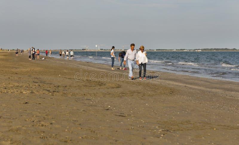 Longue plage sablonneuse de piscine découverte, Italie photo stock