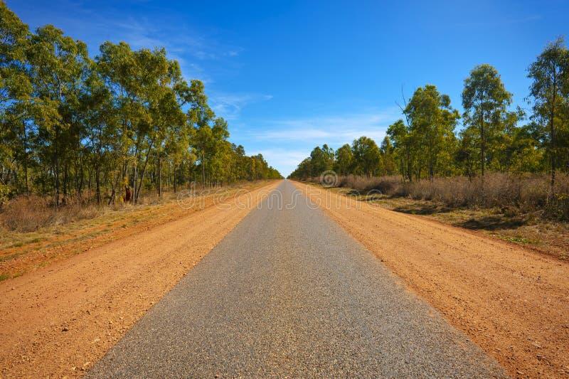 Longue route dans la distance photographie stock libre de droits