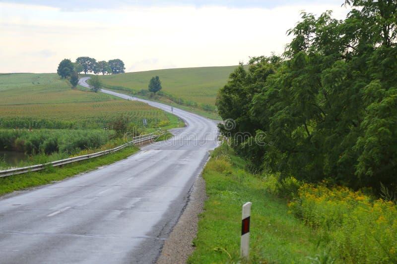 Longue route en dehors de la ville photographie stock