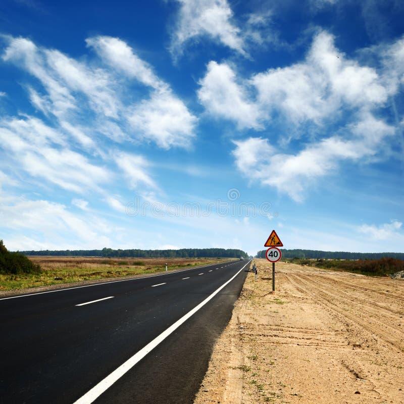 Longue route goudronnée et ciel bleu image stock