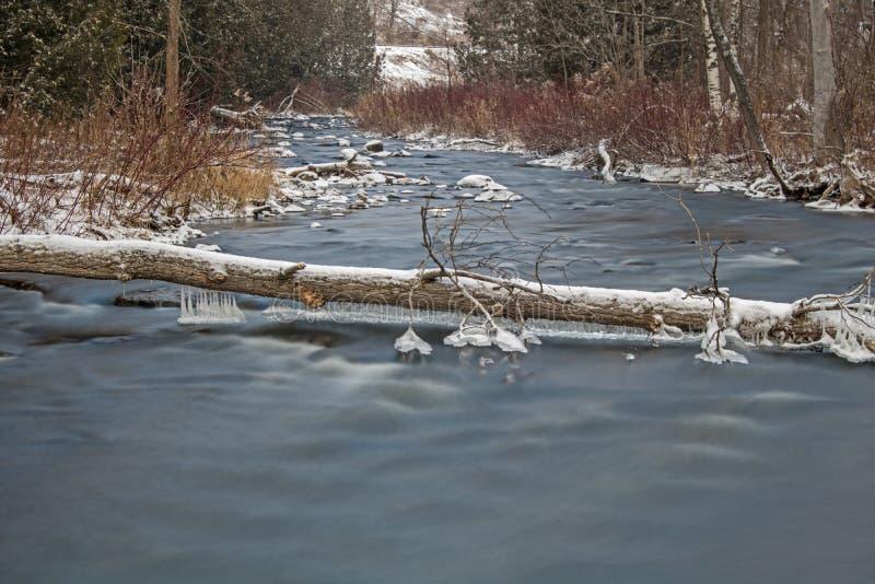 Longue scène d'hiver d'exposition sur la rivière de crédit photo libre de droits